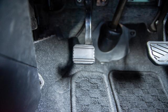 運転席の足元のアクセルペダルやブレーキペダル